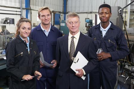 Portrait de directeur et le personnel de l'ingénierie d'usine Banque d'images