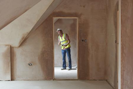 trabajando en casa: Building Inspector Mirando a Nueva Propiedad Foto de archivo