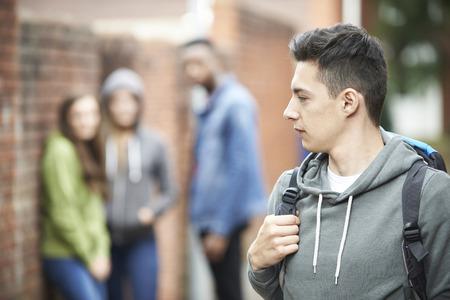 pandilla: Adolescente sentirse intimidado mientras camina Inicio Foto de archivo