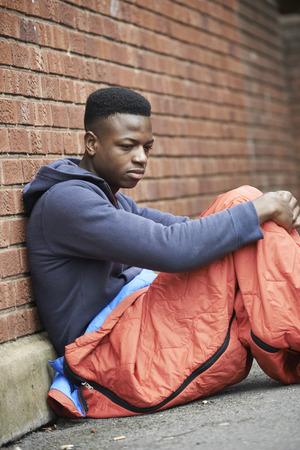 vagabundos: Adolescente Vulnerable Dormir En La Calle Foto de archivo