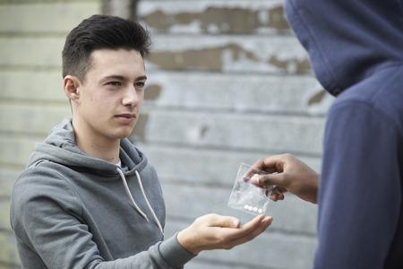 drogadiccion: Adolescente Comprar Drogas En La Calle De Concesionario
