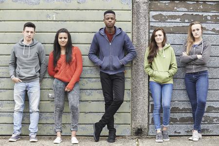 niño parado: Cuadrilla de Adolescentes colgante en Medio Ambiente Urbano