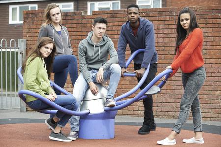 Bande d'adolescents de traîner dans aire de jeux pour enfants