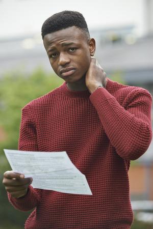 decepcionado: Adolescente decepcionado con los resultados del examen