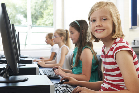 コンピューターのクラスで女子小学生のグループ 写真素材 - 43055760