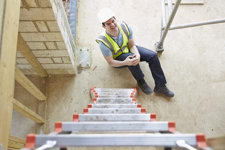 workers: Trabajador de construcci�n Falling Off Escalera e hiriendo Pierna