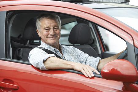 vejez feliz: Retrato del hombre mayor que conduce el coche