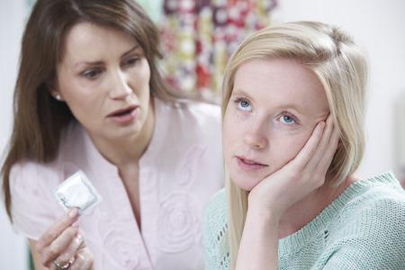 sex: Mutter im Gespräch mit Teenager-Tochter über Empfängnisverhütung