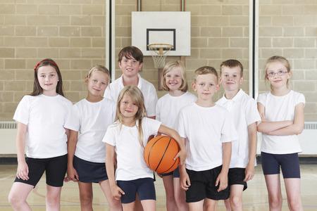 niños jugando en la escuela: Los alumnos de la Escuela Primaria equipo de baloncesto