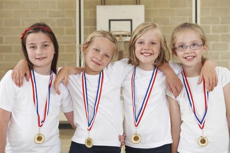Weiblich Schulsportmannschaft in der Gymnastik mit Medaillen