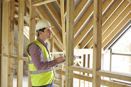 edificios: Building Inspector Mirando a Nueva Propiedad Foto de archivo