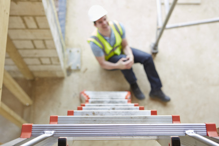 accidente trabajo: Trabajador de construcción Falling Off Escalera e hiriendo Pierna