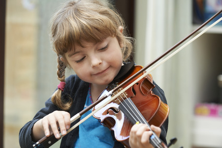 instruments de musique: Young Girl Learning To Play Violin Banque d'images