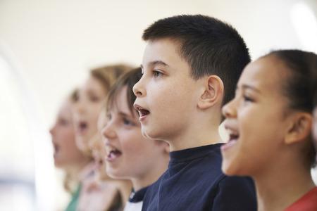niño cantando: Grupo de escuela de los niños que cantan en coro Juntos