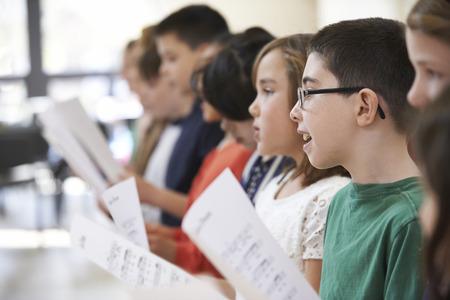 IGLESIA: Grupo de escuela de los ni�os que cantan en coro Juntos