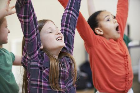 clases: Grupo de niños Disfrutar del drama Clase Juntos Foto de archivo