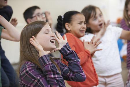 teatro: Grupo de niños Disfrutar del drama Clase Juntos Foto de archivo