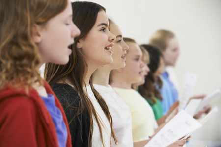 함께 합창단에서 노래하는 학교 어린이의 그룹 스톡 콘텐츠