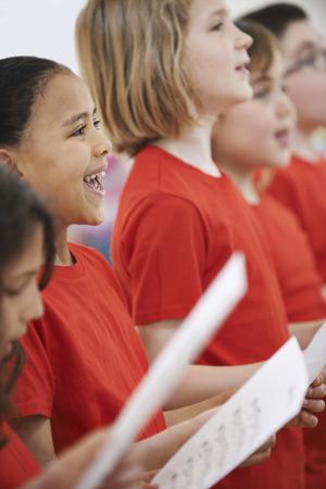 coro: Grupo de niños cantando en coro Juntos Foto de archivo