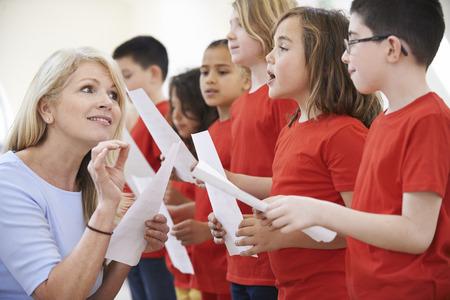 maestro: Ni�os En Cantar Grupo siendo alentado por Maestro