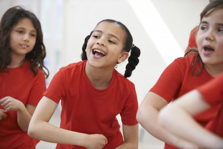 niños actuando: Grupo de niños que disfrutan de la clase de danza Juntos