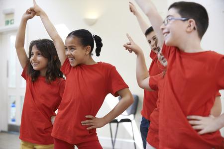 chicas bailando: Grupo de ni�os Disfrutar del drama Clase Juntos Foto de archivo