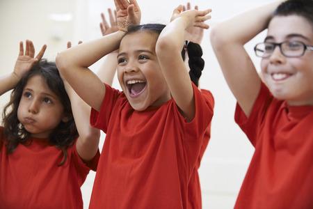 niños actuando: Grupo de niños Disfrutar del drama Clase Juntos Foto de archivo