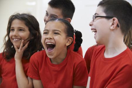 Grupo de niños Disfrutar del drama Clase Juntos Foto de archivo