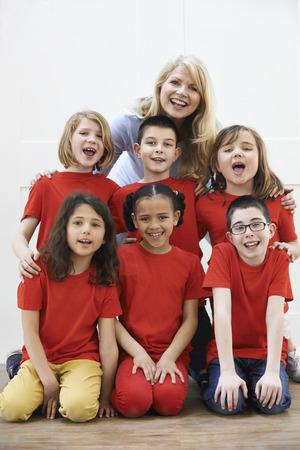 niños actuando: Grupo de niños con el profesor Disfrutando Taller Dramático Juntos