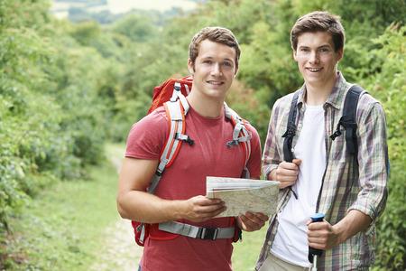 Zwei junge Männer, Wandern in Landschaft Zusammen Standard-Bild