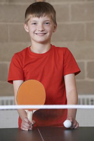 pingpong: Retrato del muchacho que juega tenis de mesa en la escuela gimnasia