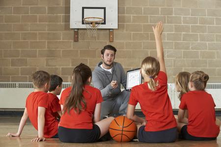 Trenér Dávat Team Talk do základní školy basketbalový tým Reklamní fotografie