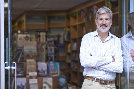 business: Stående av Male Bookshop Ägare Outside Store