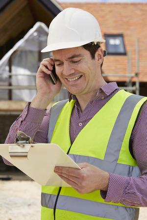jacket: Arquitecto En Solar usando el teléfono móvil