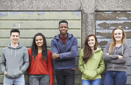 adolescente: Cuadrilla de Adolescentes colgante en Medio Ambiente Urbano