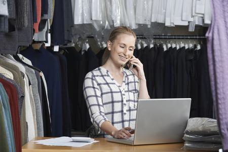 Businesswoman Running On Line Fashion biznesu na telefon Zdjęcie Seryjne