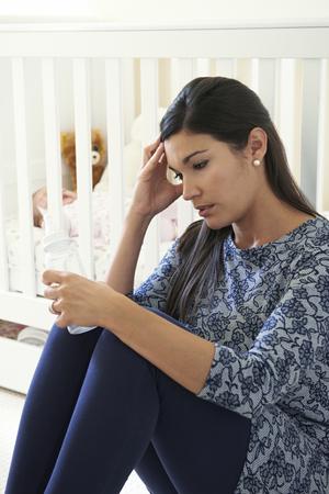 persona deprimida: Frustrado madre que sufre de depresión posparto