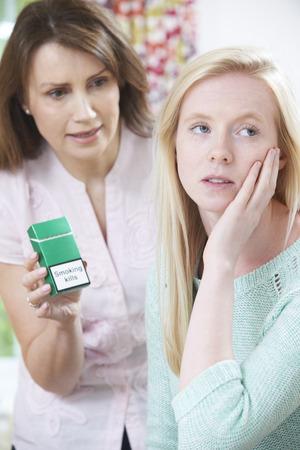 chica fumando: Madre Confrontando hija sobre peligros de fumar