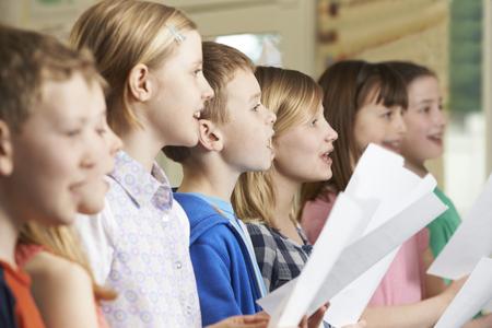bambini: Gruppo di scuola bambini che cantano in coro scuola