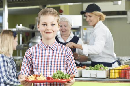 charolas: Hombre Con El almuerzo saludable en la cafetería de la escuela