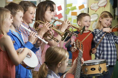 kinder spielen: Gruppe Kursteilnehmer spielen im Schulorchester Gemeinsam