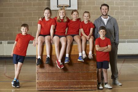 Portrait Of School Gym Team Sitting On Vaulting Horse Banque d'images