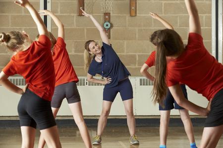 educacion fisica: Maestro toma la clase del ejercicio en gimnasia School Foto de archivo