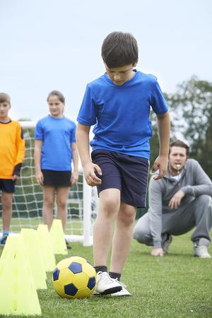 niñas jugando: Entrenador Principal Fútbol Entrenando al aire libre Sesión Foto de archivo