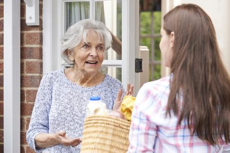 tercera edad: Persona Hacer Compras Para vecino de edad avanzada Foto de archivo