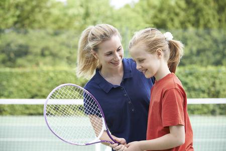 여자 테니스 코치 소녀에게 수업을 제공