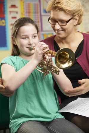 clases: Ayuda del profesor alumno To Play Trompeta En lección de música