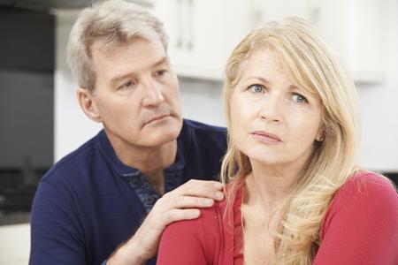 pareja hogar: Hombre maduro Reconfortante Mujer Con Depresi�n