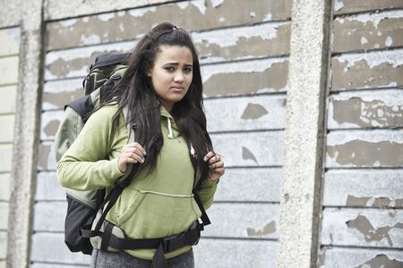 vagabundos: Retrato del adolescente sin hogar en la calle con mochila Foto de archivo