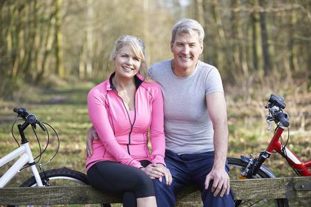Ouder paar op fietstocht In Platteland Together Stockfoto